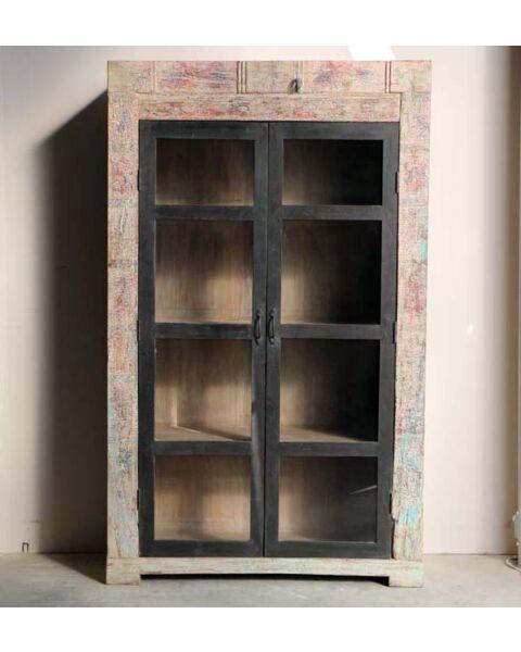 houten boekenkast met glazen deuren